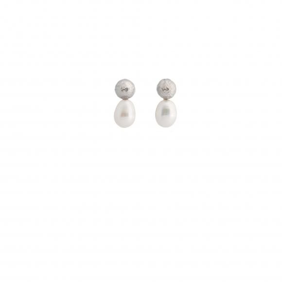 Orecchini Eclat con sfera martellata in argento e perla ovale
