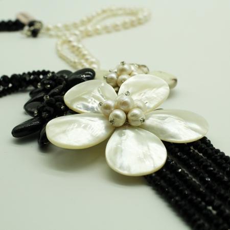 Collana Ottaviani con perle bianche e pietre nere con fiori